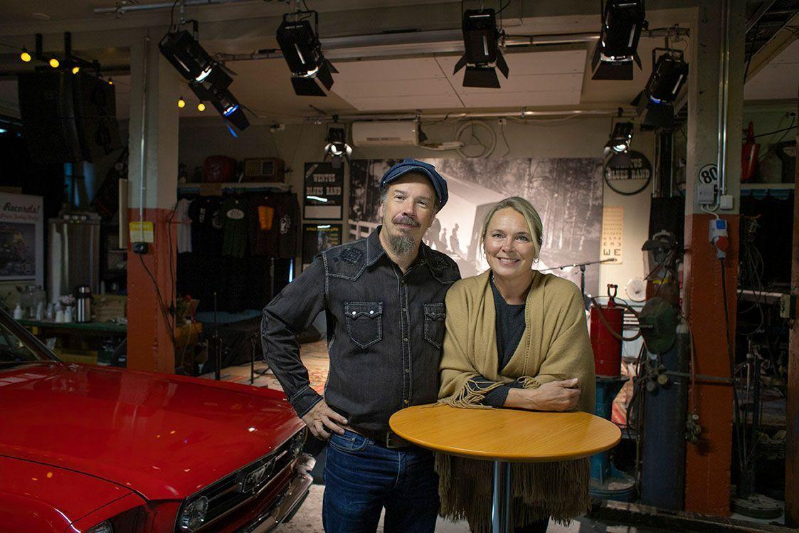Ramasoundinyrittäjäpariskunta Tina ja Robban Hagnäs odottavat, että Robban´s Garagenesiintymislava täyttyy jälleen livemusiikista.