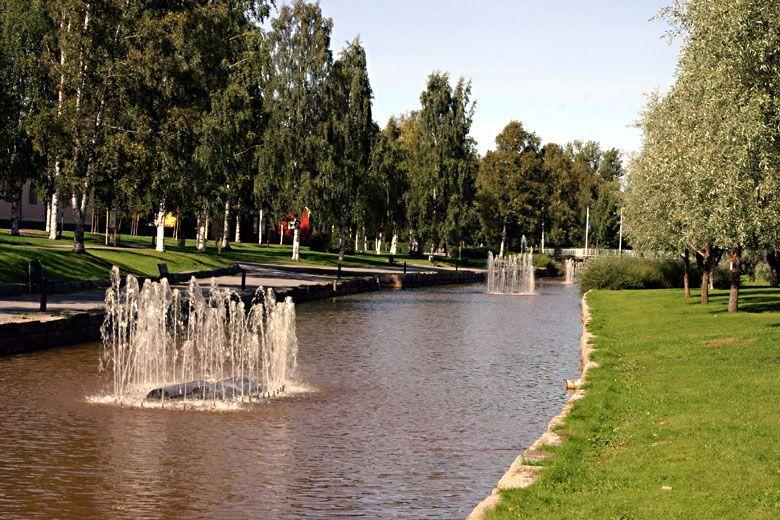 Kokkolan energian Energiapuisto. Keskellä puro ja suihkulähteitä