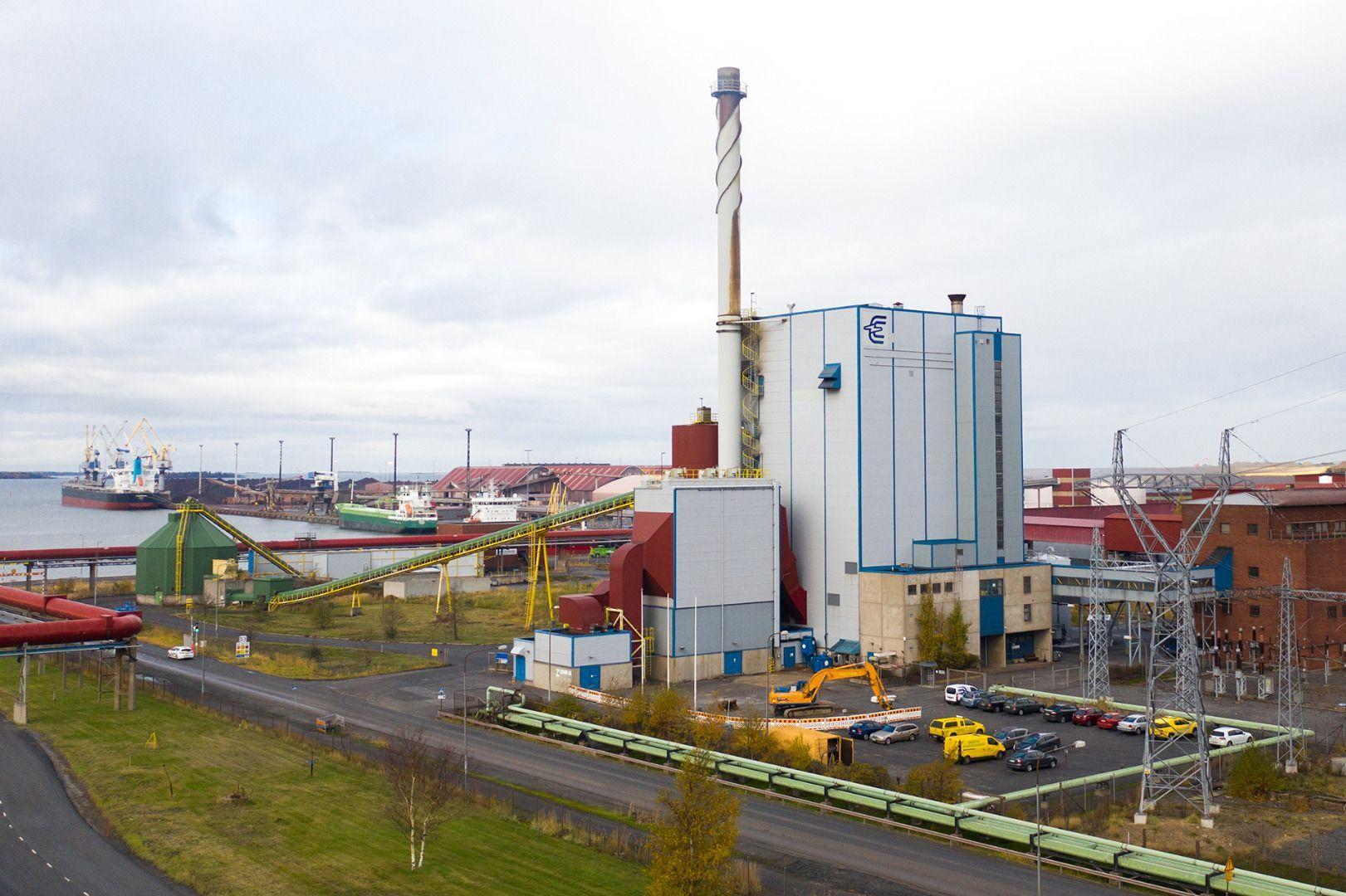 Lintuperspektiivistä otettu kuva Kokkolan energian voimalaitoksesta. Taustalla näkyy satama ja rahtilaiva.