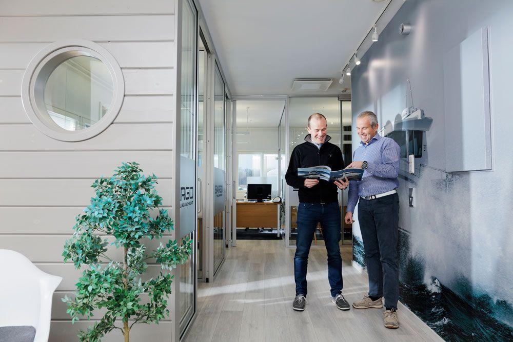 Perheyritys. Sarins Båtarin toimitusjohtaja Thomas Sarin (oikealla) ja nuorempi veli Johannes Sarin ovat toisen polven venealan ihmisiä.